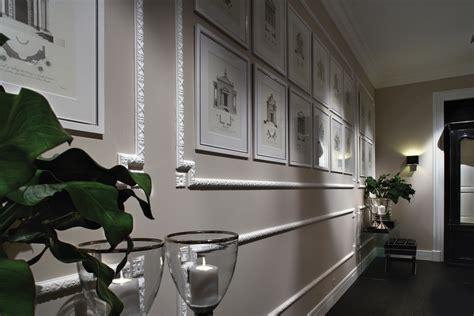 pareti con cornici cornici effetto gesso per rinnovare la parete cose di casa