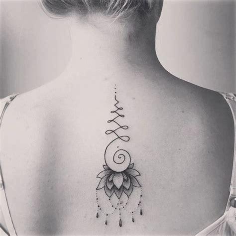 tatouage unalome cuisse