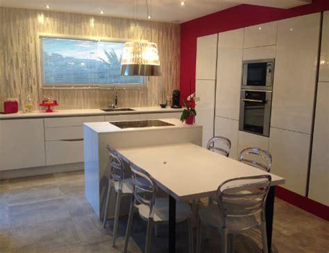 Impressionnant Cuisines Blanches Et Grises #9: Cuisine-laque-blanche-decoration-rose.jpg