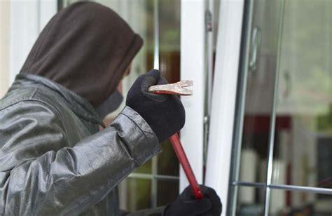 schlafzimmer einbrecher einbrecher 252 berrascht frau in schlafzimmer unsertirol24