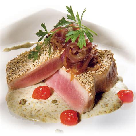 cucinare il tonno rosso medaglioni di tonno rosso con fonduta di gorgonzola e