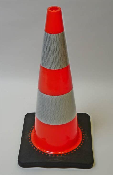 Traffic Cone 75cm traffic cone pu 75 cm high with black base class 2