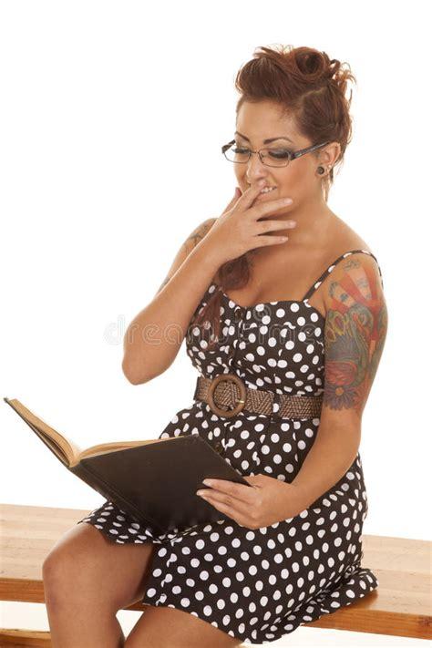 la mano sulla i tatuaggi della donna hanno letto la mano sulla bocca