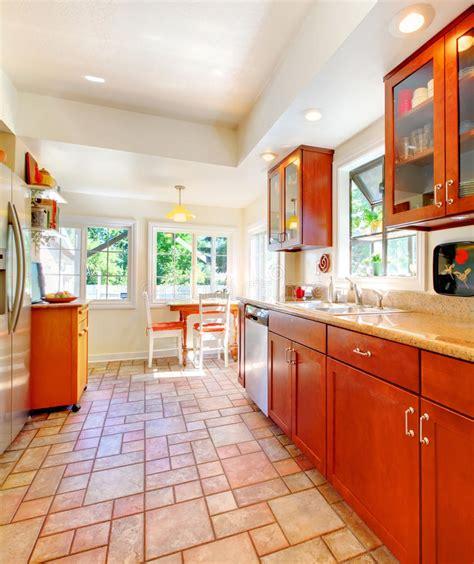 cocina de madera de la cereza encantadora  el suelo de