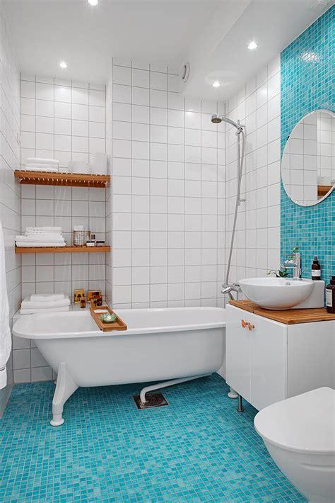 bathroom fa de blauwe tegels doorbreken de neutrale sfeer in de