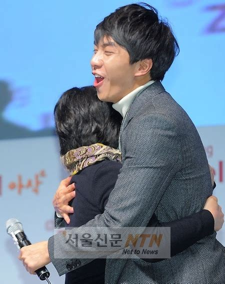 lee seung gi fan meeting 2019 caption this lee seung gi s toughest hug seoulbeats