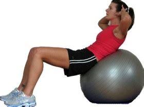 esercizi per addominali il crunch con la fitball
