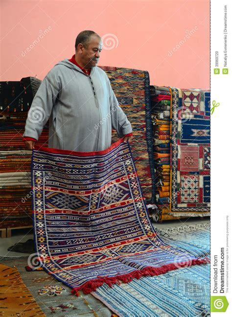 tappeti marocchini in un deposito marocchino tappeto immagine editoriale