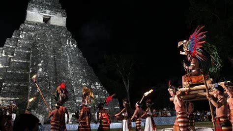 imagenes de personas mayas ceremonia maya frente al templo gran jaguar en el parque