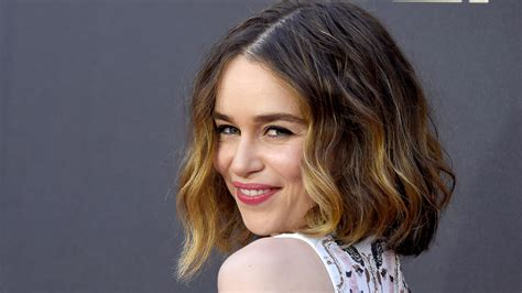emilia clark of thrones emilia clarke has bangs