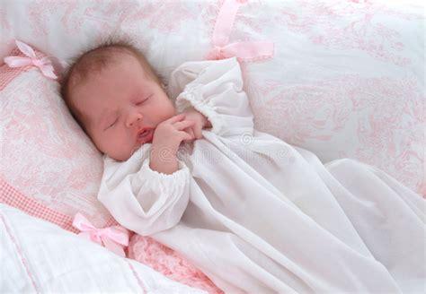 neugeborene schlaf neugeborene tr 228 ume stockbild bild schlafen schlaf