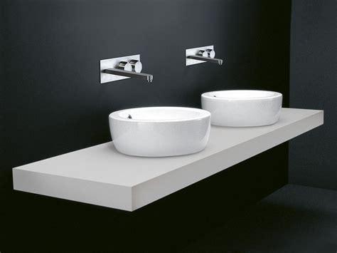 waschbecken aus corian i fiumi rundes waschbecken by boffi design claudio silvestrin