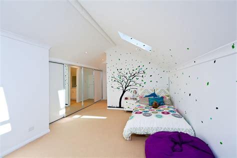 Jugendzimmer mit dachschr 228 ge wandtattoo baum bl 228 tter bunte bettdecke