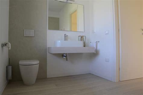 pavimento legno per bagno pavimento in legno nel bagno si pu 242 fratelli pellizzari