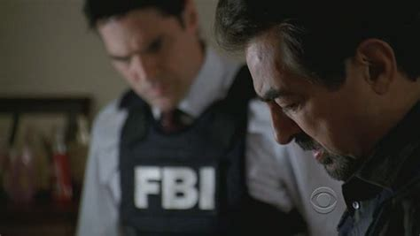 criminal minds house on fire joe mantegna e in secondo piano thomas gibson nell episodio house on fire della
