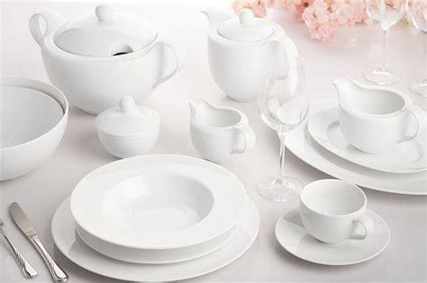krystalicznie czysta biala porcelana obiadowa dla  osob