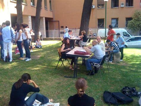foto esami in giardino all universit 224 di roma 1 di 5