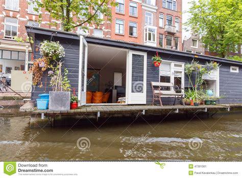 huis boot amsterdam traditionele huisboot op de kanalen van amsterdam