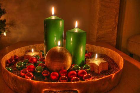composizioni di natale con candele centrotavola con le candele decora con le pigne la tavola