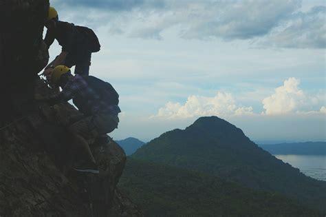 Helm Rafting Panjat bosan naik gunung yuk coba mendaki tebing via ferrata