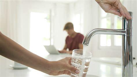 acqua dal rubinetto acqua rubinetto la fonte di informazione di gruppo