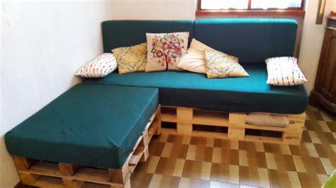 costruire un divano in legno come realizzare un divano con i pallet mobili in pallet