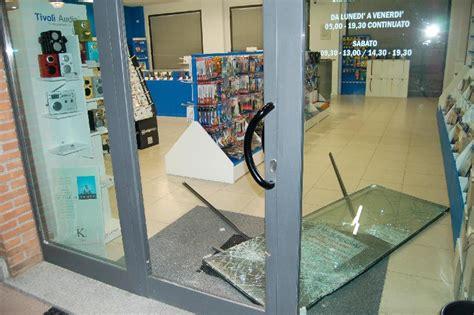 negozio di ladari furto in negozio di telefonia il giorno foto