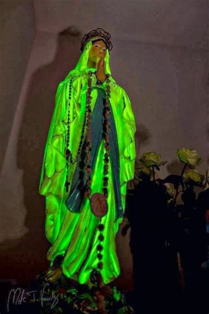 madonnina di medjugorje si illumina della pace a medjugorje la statua della madonna di