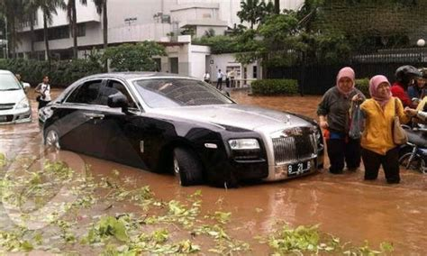 roll royce indonesia rolls royce gets rescued by locals in indonesia 12 pics