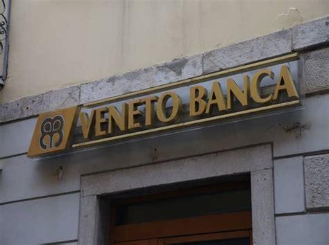 sede veneto banca treviso con l auto contro la sede di veneto banca aveva