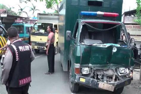 Tv Mobil Di Medan kebut kebutan mobil tahanan kejari medan tabrakan