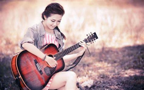 wallpaper gitar bagus inilah 7 sebab cewek yang bisa bermain gitar terlihat