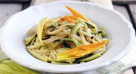 primi piatti con fiori di zucca pasta zucchine e fiori di zucca la ricetta s