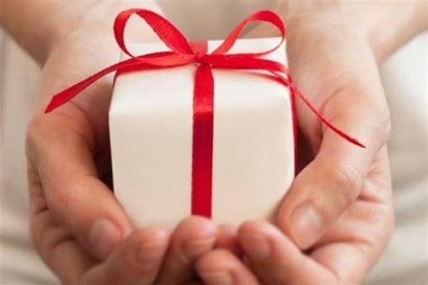 Kertas Kado Untuk Pembungkus Hadiah 10 pembungkus kado ini pasti membuatmu tak tega untuk
