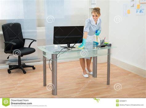 Bureau De Nettoyage De Domestique Dans Le Bureau Photo De Nettoyage Bureau