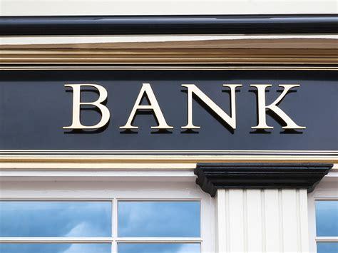 filiali banche chiede impronte digitali ad un uomo senza braccia