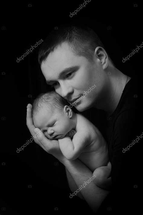 Família feliz, pais jovens segurando um bebê recém-nascido