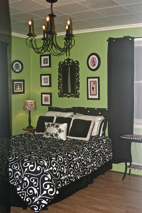 green black  pink  painted  bathroom  green color hum  spread