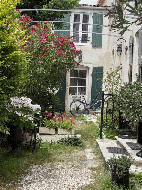 Backyard In French Courtyard Cybershutterbug Com Wordpress P 2534
