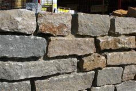 Steine Für Gartenmauer by Graue Naturstein Gartenmauer Bauunternehmen