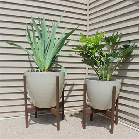 Standing Planters For Patios by Freshen Up Your Patio With These Modern Diy Planter Stands