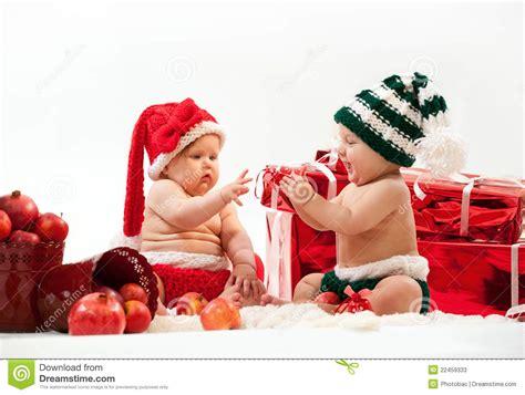 imagenes de navidad bebes dos beb 233 s lindos en trajes de la navidad fotos de archivo