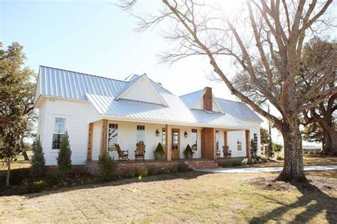 chip and joanna gaines farmhouse fixer upper stars chip and joanna gaines are
