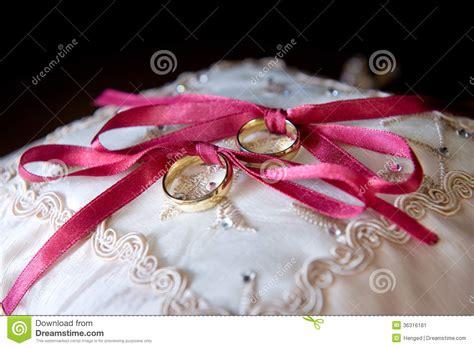 foto sul cuscino fedi nuziali sul cuscino immagine stock immagine 36316181
