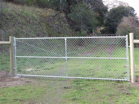 chain link fence gate www imgkid the image kid has it