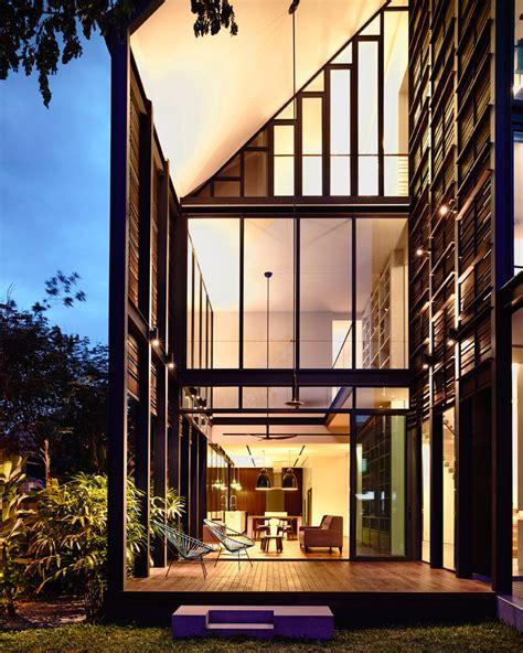 Hyla Architects planos de casa de dos pisos en esquina construye hogar