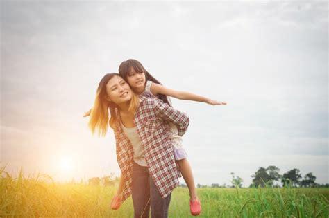 imagenes lindas madre e hija retrato madre e hija jugando al aire libre disfrutar de