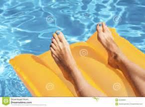 pool matratze die beine der frau auf einer matratze in einem pool