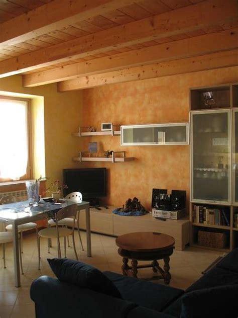 soffitto travi a vista soffitto basso illuminazione e colori foto design mag