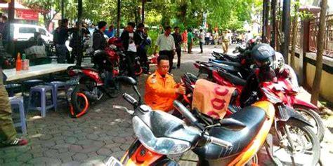 Gembok Roda Motor parkir sembarangan puluhan sepeda motor di digembok